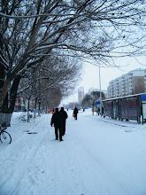 Photo: road scene near benzrad's QRRS dorms. 中国北车齐车公司公寓附近一处公汽站即景。