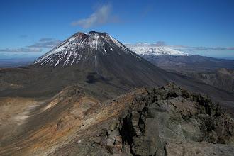 Photo: Mt. Ngauruhoe, dahinter Mt. Ruapehu vom Kraterrand des Mt. Tongariro