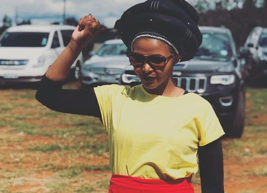 Simphiwe Dana called out Ntsiki Mazwai as a bully on her sister's tweet.