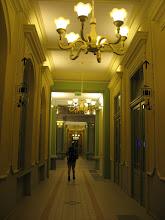 Photo: Dawniej w korytarzach często można było wyczuć nieprzyjemne zapachy. Obecnie zostały odrestaurowane z taką samą pieczołowitością, jak inne pomieszczenia. Co ciekawe, w korytarzach można zauważyć drewniane żyrandole.