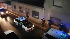 Los coches de la Guardia Civil frente a la vivienda del menor de Albox.