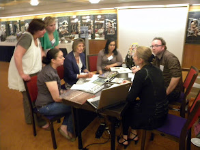 Photo: Team F_Op gesprek bij SBK A'dam