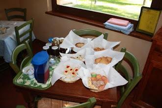 Photo: La colazione con marmellate e biscotti