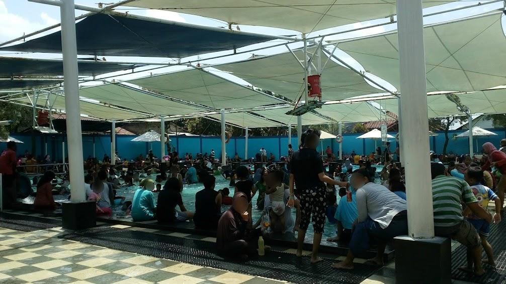 Kolam renang Paragon Depok, makin siang pengunjung makin membludak