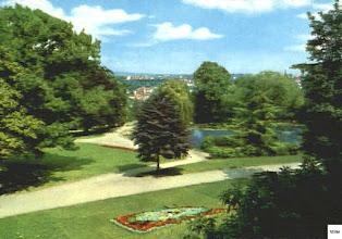 Photo: Der Schwanenteich und - im Vordergrund - die Blumenuhr von der Parkhausterrasse aus auf einer anno 1970 gebrauchten Farbpostkarte.