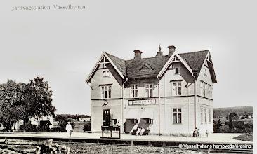 Photo: Järnvägsstationen i Vasselhyttan. Stationshuset 1920. Stationsföreståndare: 1876-1908 A M Johansson född 1849  1915-1933 Karl Heimer född 1876