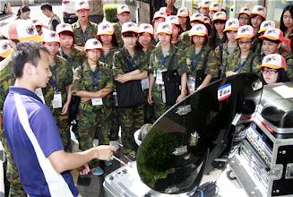 Photo: 103年「全民國防教育暑期戰鬥營-新聞研習營」3日參訪國軍媒體,學員們對軍聞社的新聞衛星傳送系統留下深刻印象。(軍聞社記者方正攝)