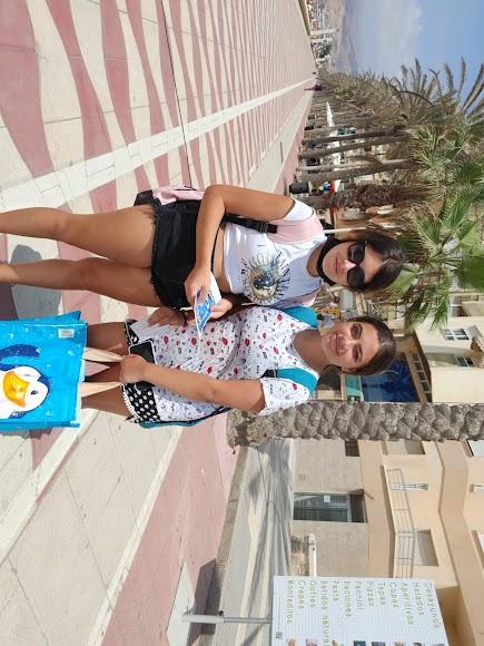 Dos jóvenes que paseaban por el paseo marítimo consiguieron las entradas para el AquaTropic