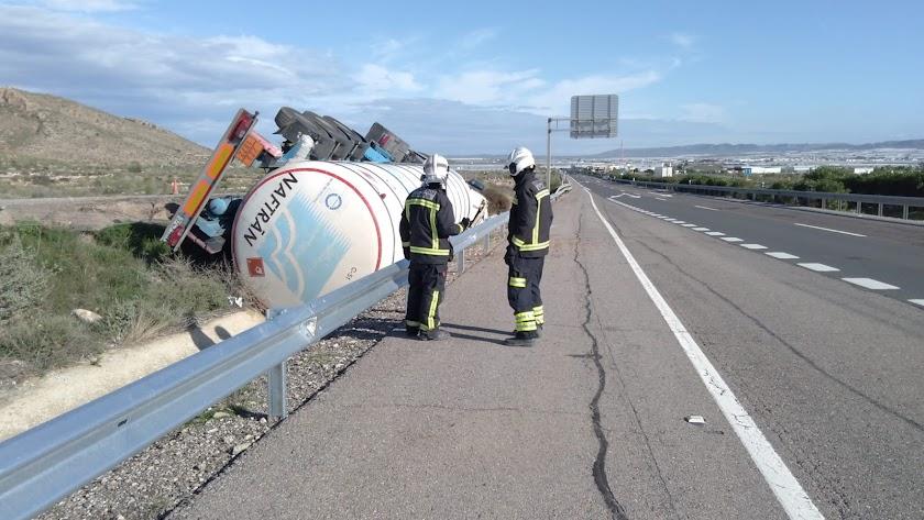 Trabajos para la retirada del camión accidentado.