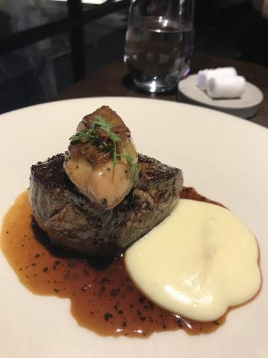 羊排沒有羊腥味 牛排入口即化 兩種肉都好吃 特別的處理方式 非常美味 開胃菜的麵包搭配特製醬非常好吃 可惜很吵 整間餐廳很大聲 空間設計問題吧 但是設計很時尚現代