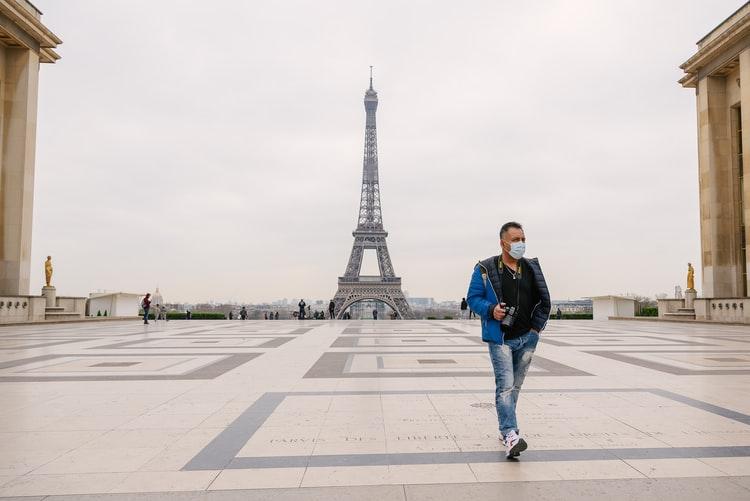 Medidas restritivas causadas pelo coronavírus esvaziaram as ruas de Paris. (Fonte: Unsplash/Reprodução)