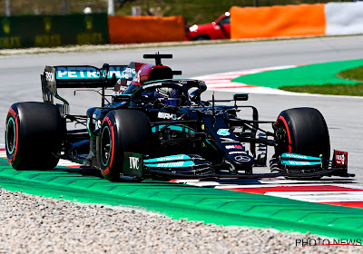 Lewis Hamilton vlamt het snelst door bij eerste poging in Q3 en start voor Verstappen in GP van Spanje