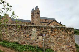 Photo: Nedenfor klostret var dette pilgrimsmærke med afstand til Santiago de Compostella i Spanien.