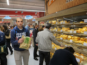 Photo: 'n Groot verskeidenheid brood te koop.