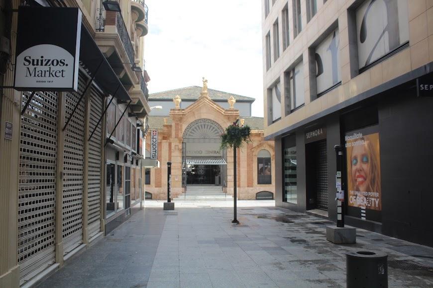 Calle Aguilar de Campoo y entrada principal del Mercado Central.