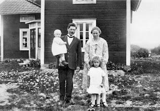 Photo: Klasboda 1928, familjen Andersson. Gustaf och Ingrid Andersson, Lisa Gustafsson i famnen, Inga Gustafsson. Föräldrar till Ruben Gustafsson som inte var född när bilden togs.