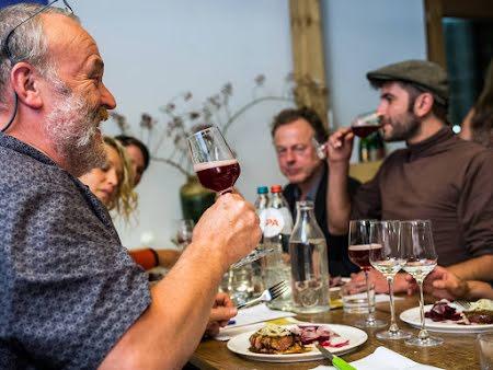 Ontdek Belgische bieren & gerechten, aan tafel met een zytholoog in Charleroi