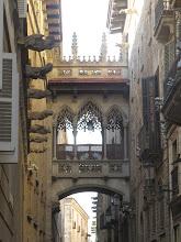 Photo: Otro callejón con puente/balcón.
