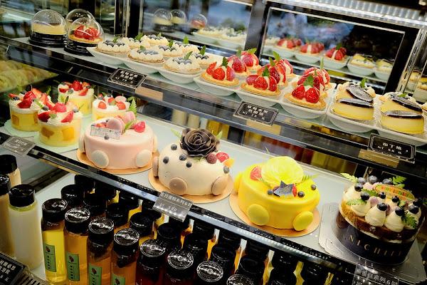 法芙妮FAFNE琳瑯滿目的夢幻甜點烘焙麵包就在勤美草悟道附近!台中甜點下午茶、丹麥麵包、棒棒泡芙、水果乳酪塔!