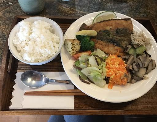 蠻平價的魚肚飯280 有附紅茶+洋蔥湯