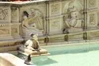 Fonte Gaia in de Piazza del Campo, Siena. Zijpaneel links met De schepping van Adam en La Sapienza