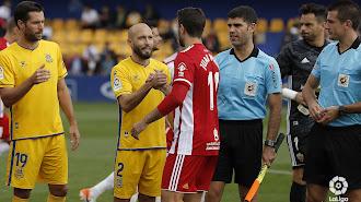 De Mera en el partido Alcorcón-Almería (derecha).