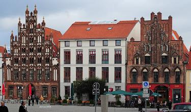 Photo: Giebelhäuser am Marktplatz der vorpommerschen Hansestadt Greifswald