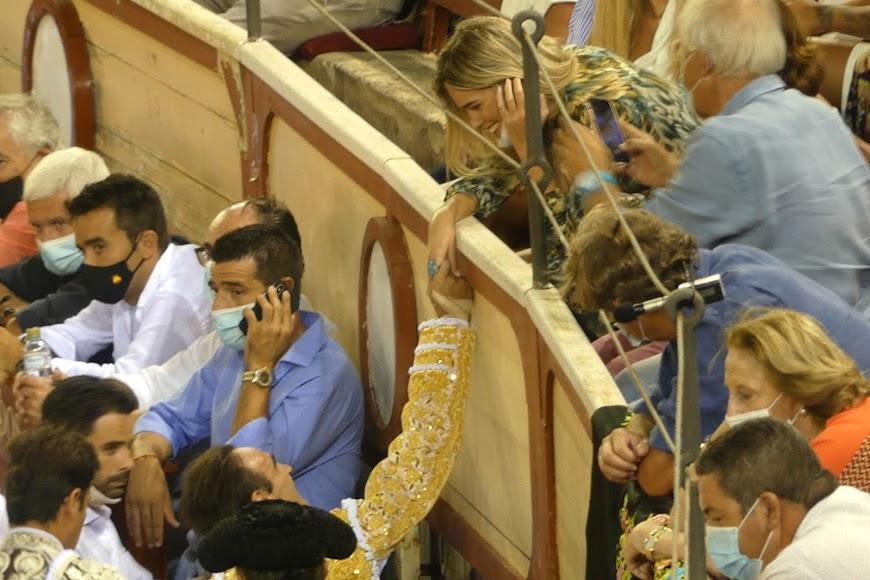 Gestos de complicidad entre Enrique Ponce y Ana Soria tras la cogida que sufrió en El Puerto de Santa María.