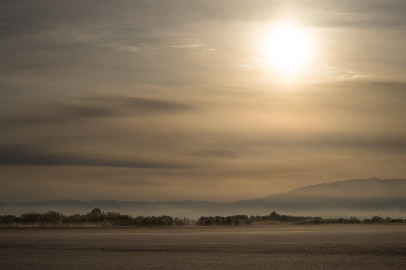 朝霧に包み込まれた大地