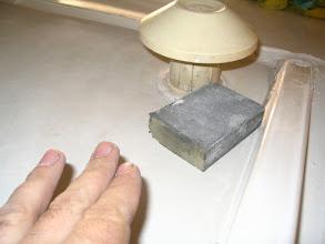 Photo: Para los sitios donde no llega la máquina, utilizo una almohadilla de lija de grano fino.