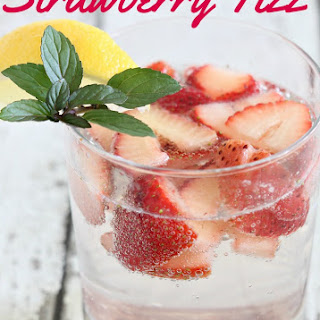 Skinny Strawberry Fizz Cocktail.