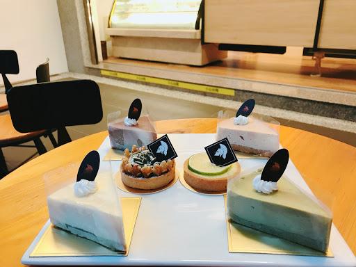 位於中國醫藥大學附近的真騎士JN.CHEESE專賣乳酪蛋糕,以希臘神話命名蛋糕為ㄧ大特色,平價又好吃的乳酪蛋糕深得我心💕