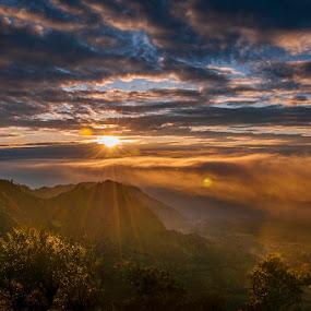 Bromo sunrise by ARE Samudra - Landscapes Mountains & Hills ( mountain, indonesia, sunstar, sunrise, nikon, bromo )