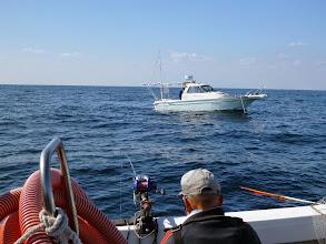 Photo: ご近所の船も釣りを楽しんでます。 ・・・ちょっと近すぎたかな?