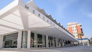 Imagen del exterior del Mercado de Abastos de Roquetas.