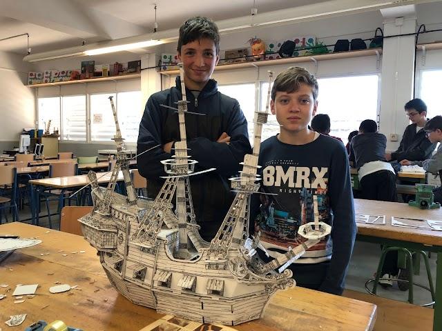 Alumnos del Bahía con sus propias maquetas.