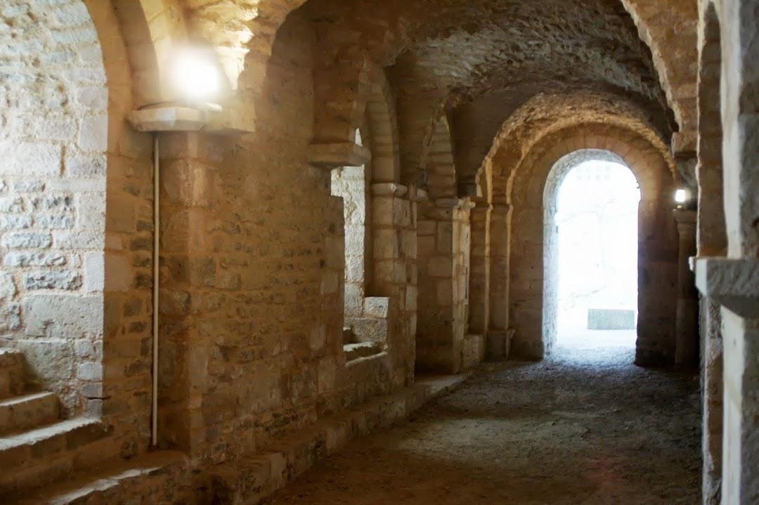 Склеп каролингов, монастырь Флавиньи-сур-Озрен, Бургундия, Франция - достопримечательности, путеводитель по городу