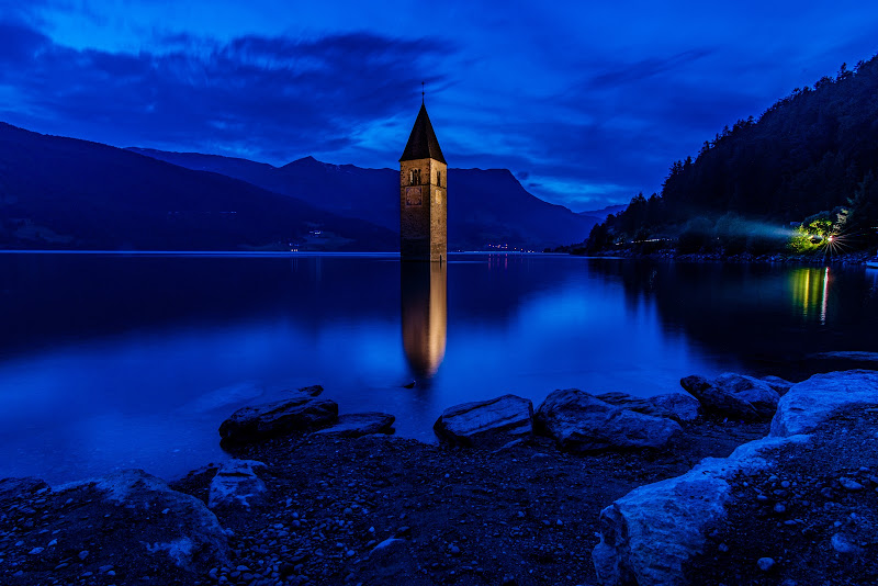 Reschensee by night di Salvatore Vitale