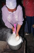 Photo: 03427 シリンホト近郊/ノルボ家/干麺をゆでる/水少々、ミルク大量、塩で味付けした中に干麺を直接入れて煮込み、ジョッヘを混ぜる。