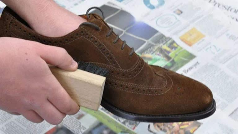 Đánh bay bụi giày da lộn bằng bàn chải mềm