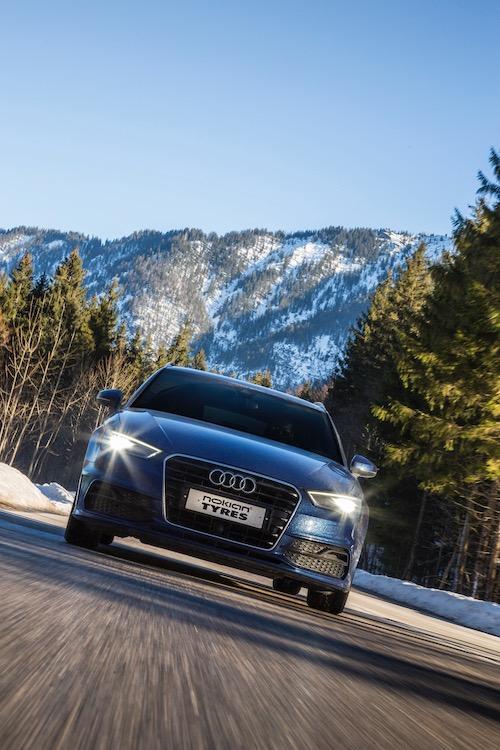 La guida sicura durante le condizioni invernali include l'uso di pneumatici premium