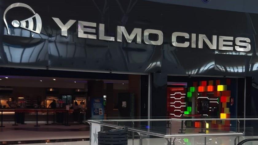 Exterior de los cines Yelmo del Centro Comercial Torrecárdenas.