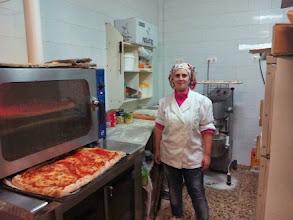 Photo: La cocinera de los esquisitos bollos preñados y pizzas del bar restaurante Carmelita (Ares - Coruña).