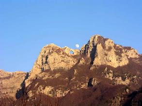 Photo: La Luna si alza pian piano sul monte e i colori mostrano che il Sole si avvia al tramonto. La montagna si colora di rosa.