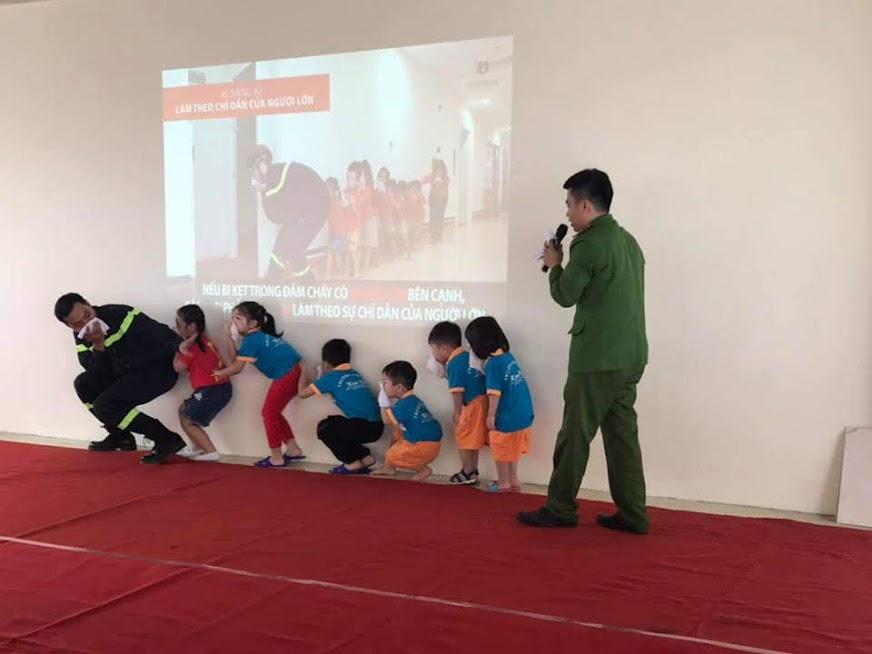Lực lượng PCCC chuyên nghiệp hướng dẫn trẻ cách thoát hiểm (trong 1 chương trình dạy kĩ năng sống trước đó)