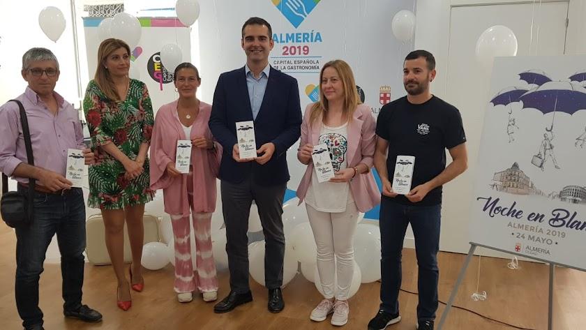 Ramón Fernández-Pachecho y Carolina Lafita posan junto a los represeantes de las asociaciones de comerciantes de Almería.