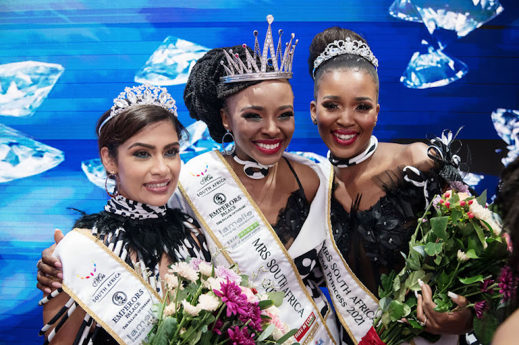 Mrs SA 2021 winner Thenjiwe Mdluli with first princess Sumaiya Omar (left) and second princess Zikhona Ngata.