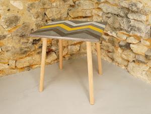 Table d'appoint en béton ciré de couleurs acier plume et moutarde avec motif aztèques et au pied style scandinave en bois
