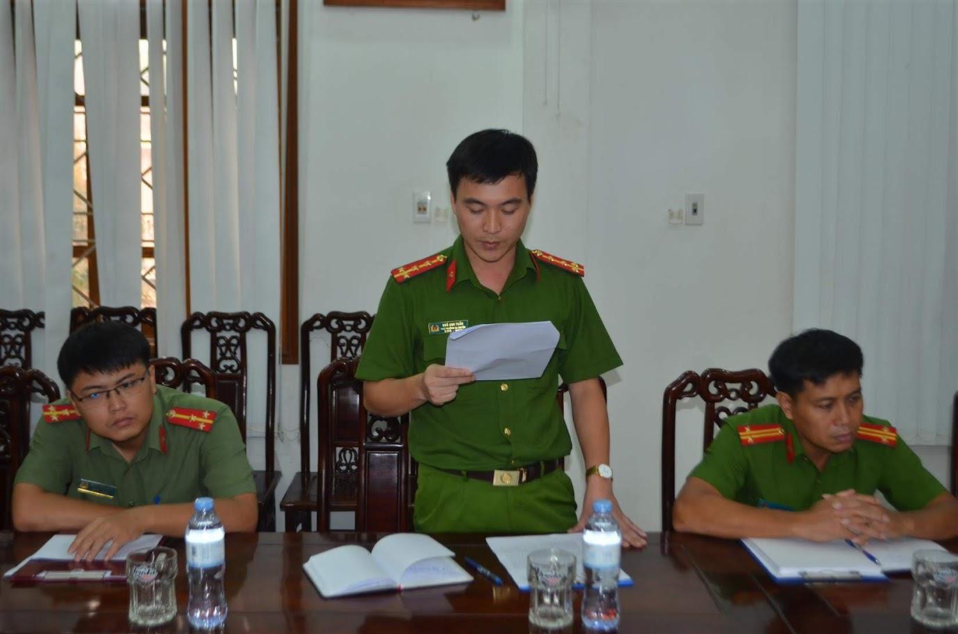 Đại úy Ngô Anh Tuấn, Phó trưởng CA huyện Nghĩa Đàn báo cáo thành tích các chuyên án mà đơn vị vừa khám phá thành công