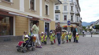 Photo: Kinder an der Leine